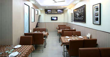 Dining facility at Aster Inn Hotel in Karol Bagh